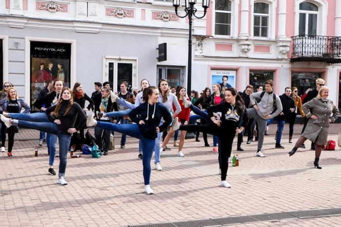 Студенты Нижегородской медицинской академии устроили для нижегородцев веселую зарядку во Всемирный день здоровья на Большой Покровской. К сожалению, к танцам и физическим упражнениям присоединялись единицы.