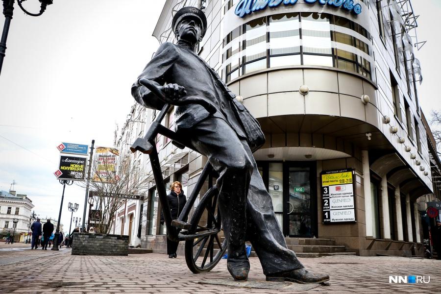 Нижегородская милиция устанавливает отпиливших колесо соскульптуры «Велосипедист» наулицеБ.Покровской