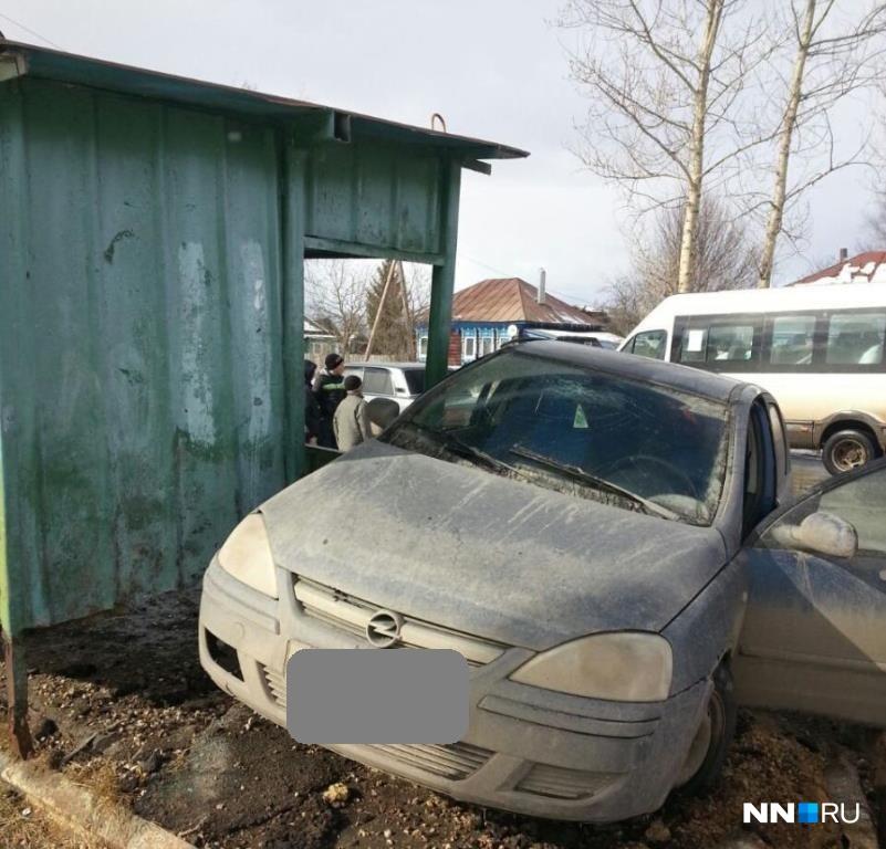 ВСосновском районе «Опель» влетел вавтобусную остановку