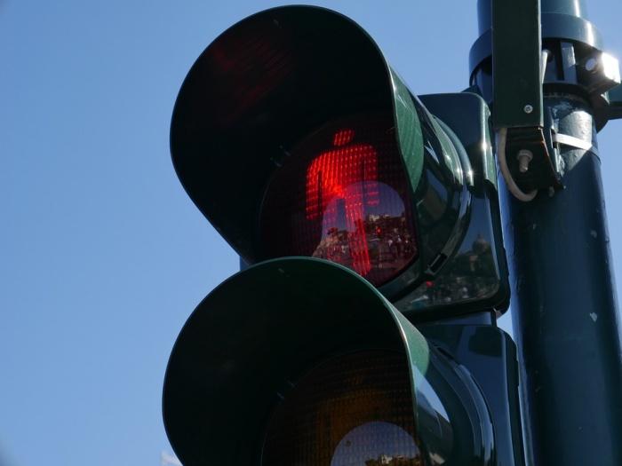 Перекресток тяжело проехать и перейти пешеходам