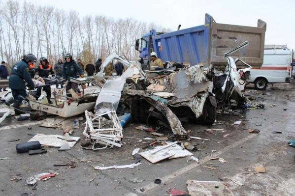 Последствия аварии и остатки машины «скорой помощи»<br>