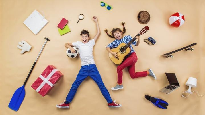 На летних каникулах детей будут учить играть в футбол и собирать роботов