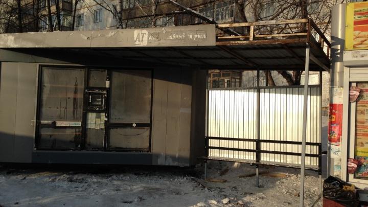 В Краснообске на месте снесенной остановки появился старый разломанный павильон