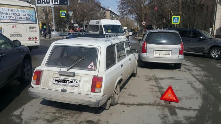 Перед площадью Маркса собралась пробка из-за сломанного после ДТП светофора