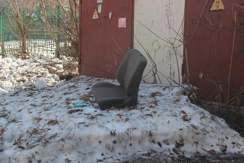 А во дворе дома на ул. Шевченко, 35 авто, похоже, растаяло вместе со снегом —&nbsp;осталось только кресло...<br>