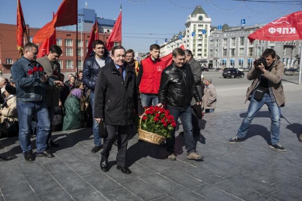 Мэр возложил цветы к памятнику Ленину