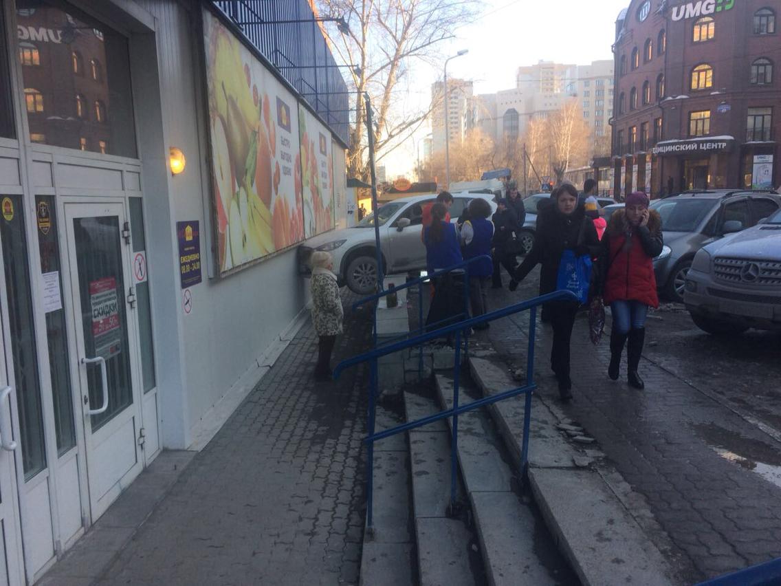 Машина врезалась в стену продуктового магазина «Сибириада» на ул. Крылова<br>