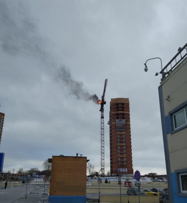 Возле «Сибирского Молла» горит строительный кран (видео)