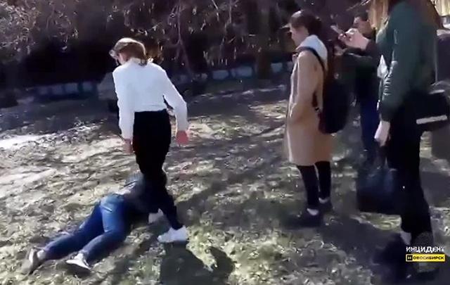 Полиция занялась жесткой дракой двух школьниц у ДК Горького