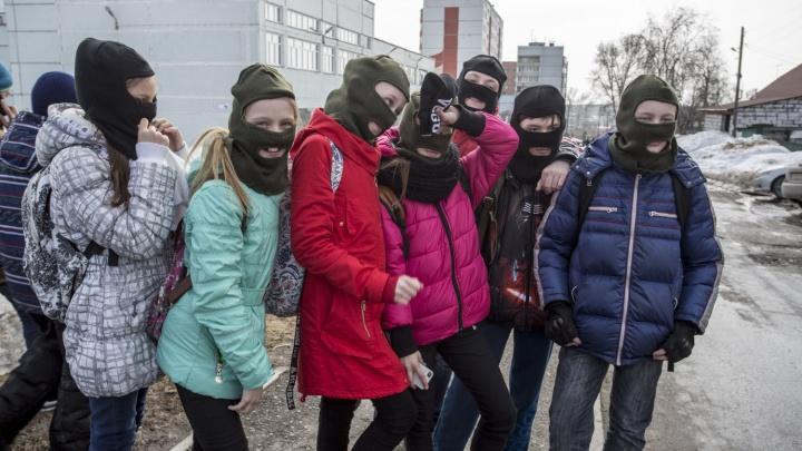 Школьники провели флешмоб в защиту автобусной остановки под хит группы «Грибы»