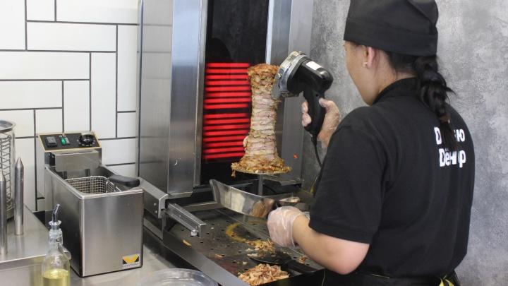 У «Дяди Дёнера» заработала точка нового формата с машинкой для стрижки мяса