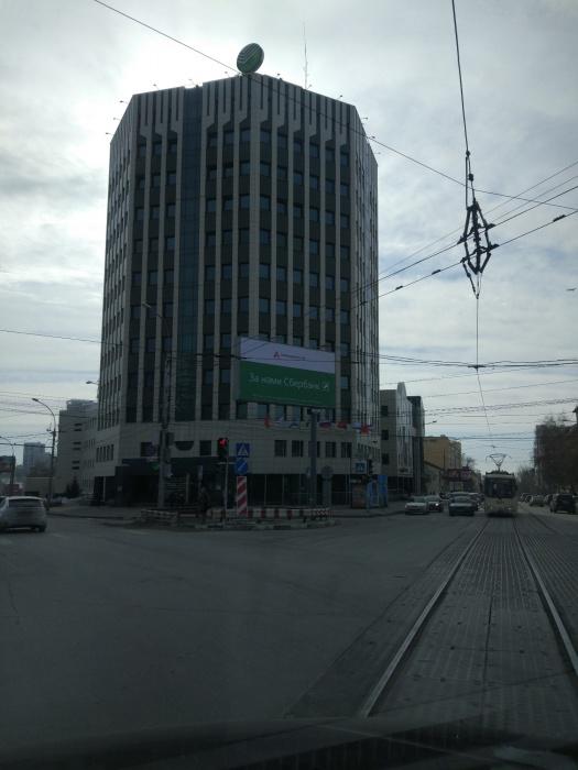 Рекламный баннер перед зданием Сбербанка (фото сделано в 11:00)