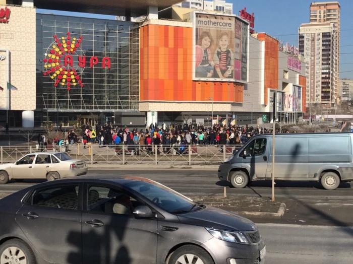 Людей вывели на улицу