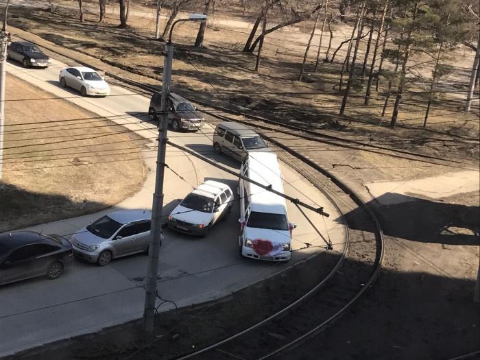 Лимузину помешали проехать машины, припаркованные по правой стороне ул. Депутатской