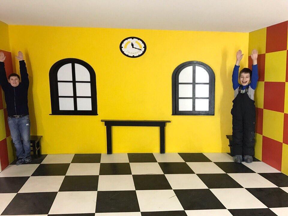В Новосибирске ребенок в комнате Эймса стал выше родителей