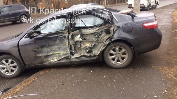 Ошиблась в скорости и вылезла: автоледи на «Тойоте» протаранила автобус на Тельмана
