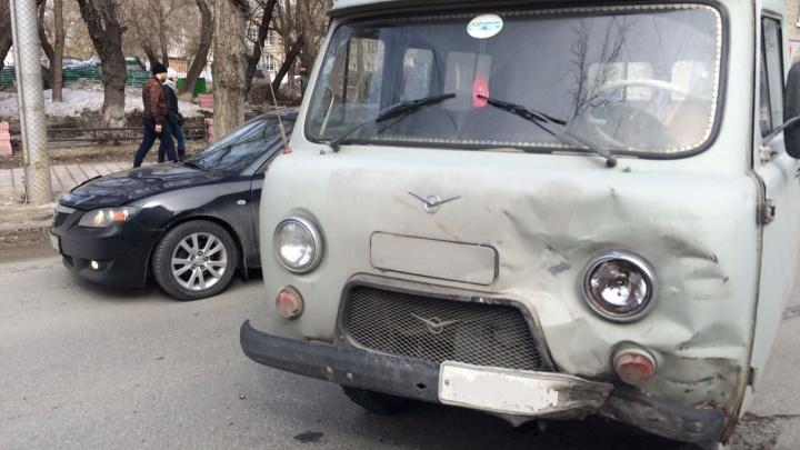 УАЗ экстренно затормозил и поехал на одних передних колесах