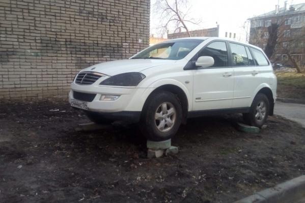 Странная парковка у дома на ул. Бориса Богаткова