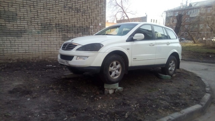 Новосибирец изобрел оригинальный способ парковки на газоне