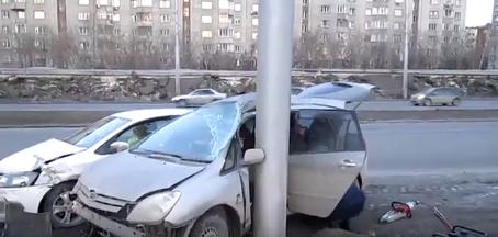 Toyota «обняла» столб на Ипподромской после удара о Volkswagen