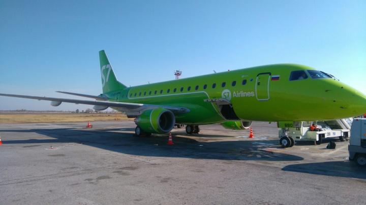 В «Толмачёво» приземлился маленький бразильский самолет в зеленой ливрее