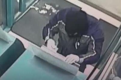 Неудавшийся взлом банкомата в центре Новосибирска попал на видео