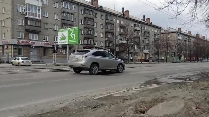 Машины на Богдана Хмельницкого подпрыгивают из-за большой волны на асфальте