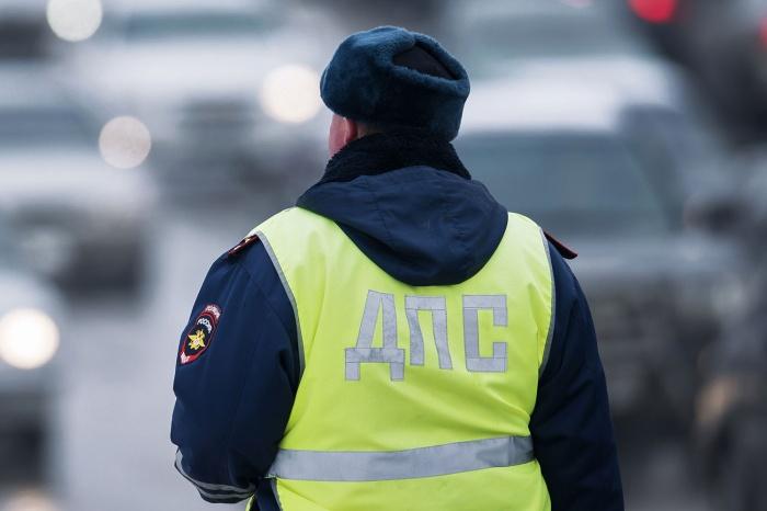 Борцы с незаконной парковкой заставили полицейских убрать запрещающие конусы (видео)
