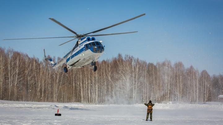 Десятки парашютистов высадились в Мочище с вертолета Ми-8