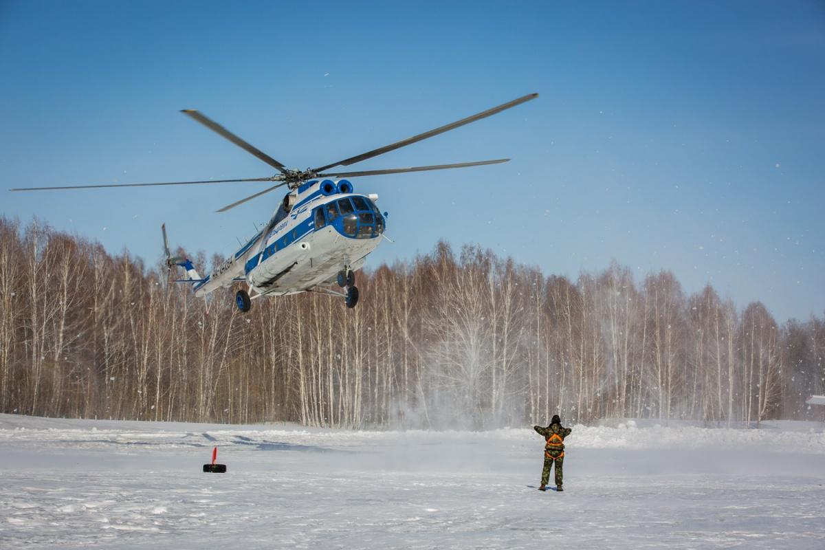 Вертолет Ми-8 во время посадки