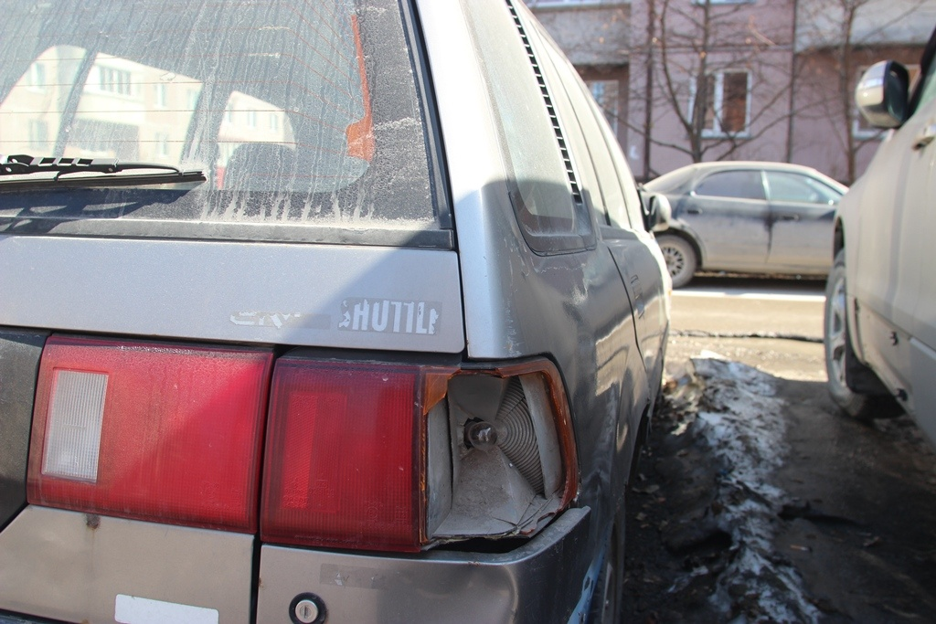 Honda Civic Shuttle во дворе дома на ул. Толстого, 3/1<br>