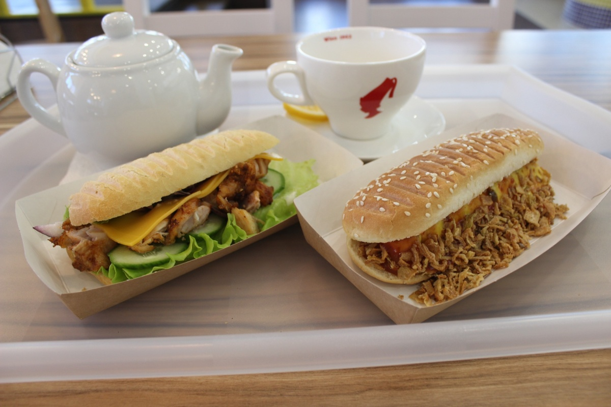 Заведение специализируется на сэндвичах и хот-догах