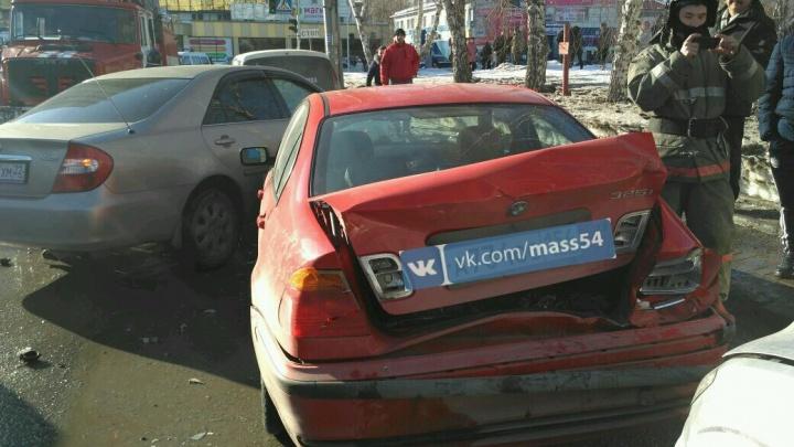 Шесть машин собрались в «паровозик» в жестком ДТП на Затулинке