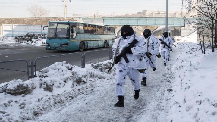 Силовики взяли штурмом автобус на оцепленном автовокзале