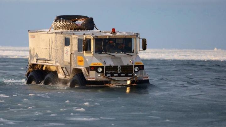 Новосибирец провалился под лед на машине-амфибии