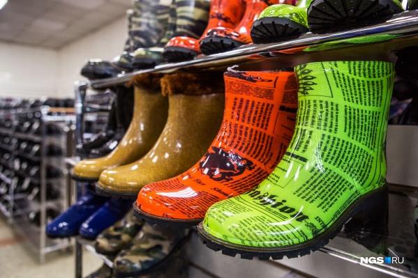 Резиновые сапоги —обувь, которая может быть любой расцветки