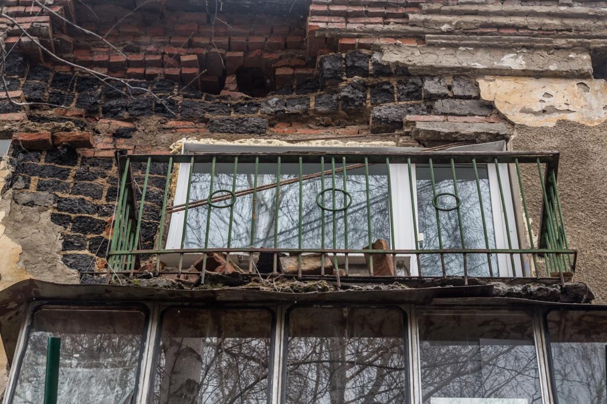 Часть стены дома на ул. Северной рухнула на балкон 25 марта