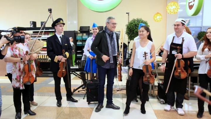 Всемирно известный скрипач бесплатно выступил в аэропорту «Толмачёво»