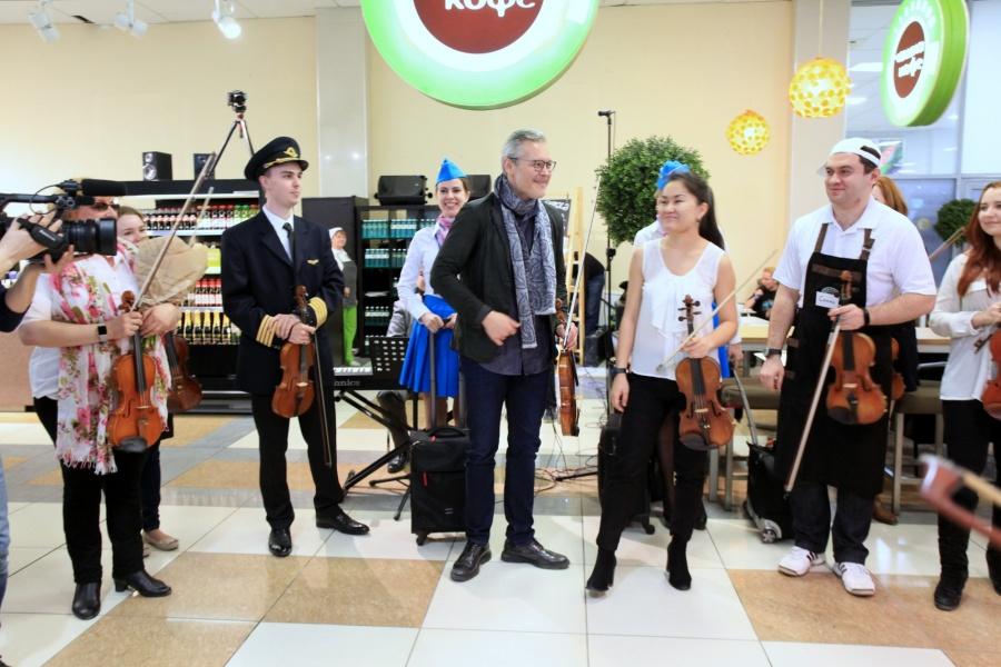 Известный скрипач сыграл вхолле аэропорта «Толмачево»