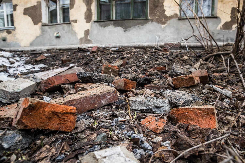 Груда камней, оставшихся после обрушения части стены