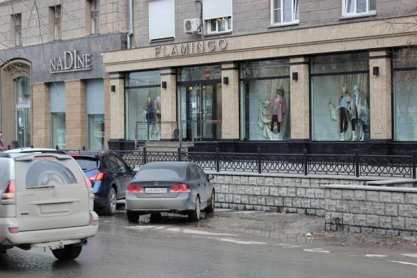 Днем и вечером 29 марта на парковку возле элитных бутиков на Советской поставить машину мог любой желающий