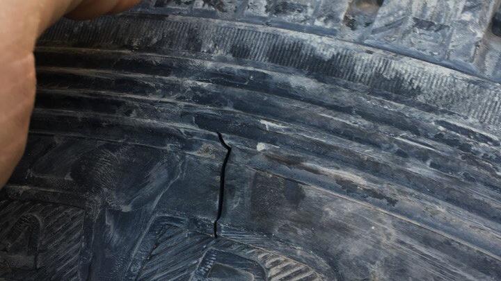 Недовольный водитель в пробке порезал колесо внедорожнику