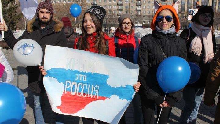 Сотни подростков собрались у оперного театра, чтобы отметить присоединение Крыма
