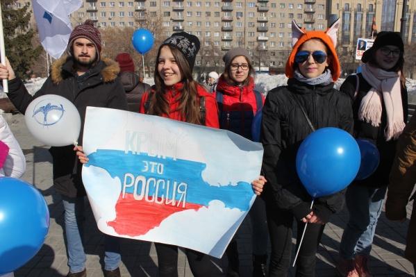 Часть подростков пришли с собственноручно изготовленными плакатами. Фото Стаса Соколова<br><br>