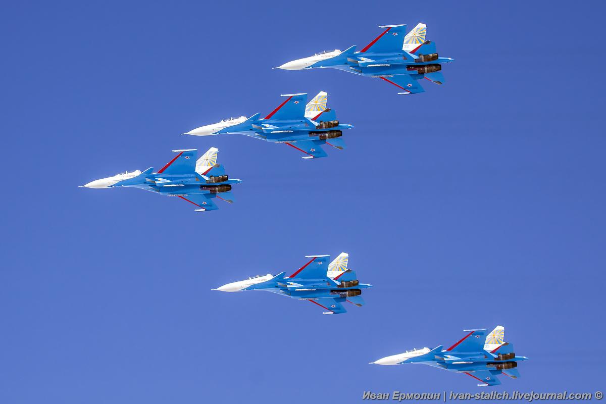 Над Кемеровом пролетела авиагруппа высшего пилотажа «Русские витязи»