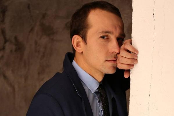 Дмитрий Савин окончил НГТИ и до 2016 года играл в театре музкомедии