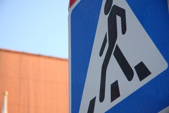 Девочка шла по пешеходному переходу