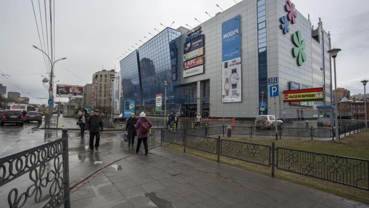 Крупный ТЦ на Красном проспекте остался без вывески до конца лета