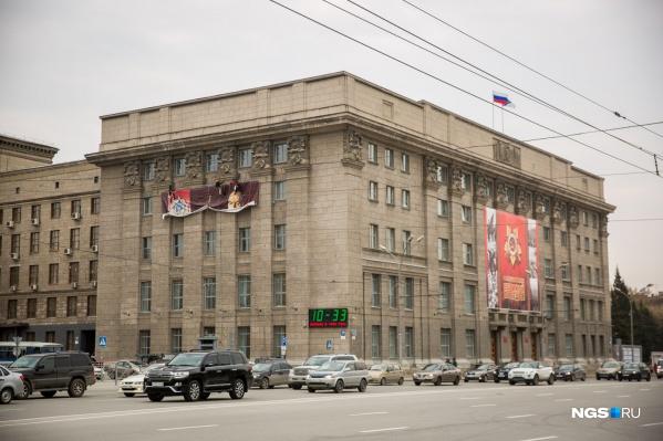Плакат с Жуковым на здание мэрии начали вешать около 10:00
