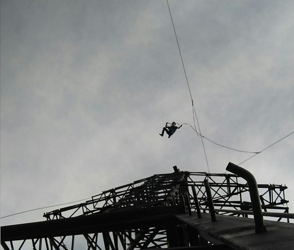 Новосибирцы прыгнули с веревкой с опоры ЛЭП